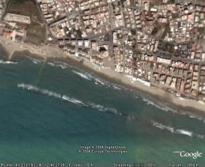 Spiaggia di scacciapensieri vista dall\'alto con le dighe attuali