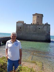 Claudio Pelagallo dietro la fortezza di Torre Astura a Nettuno